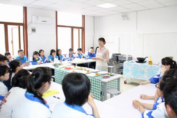 郑州31中学生带着课本烹饪去!