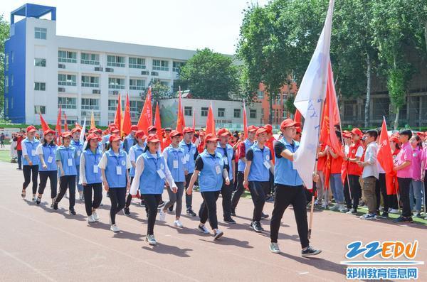 """第五届""""大爱郑州志愿者趣味运动会""""在31·103中举办"""