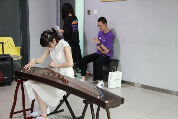 学生参加美术测试.jpg